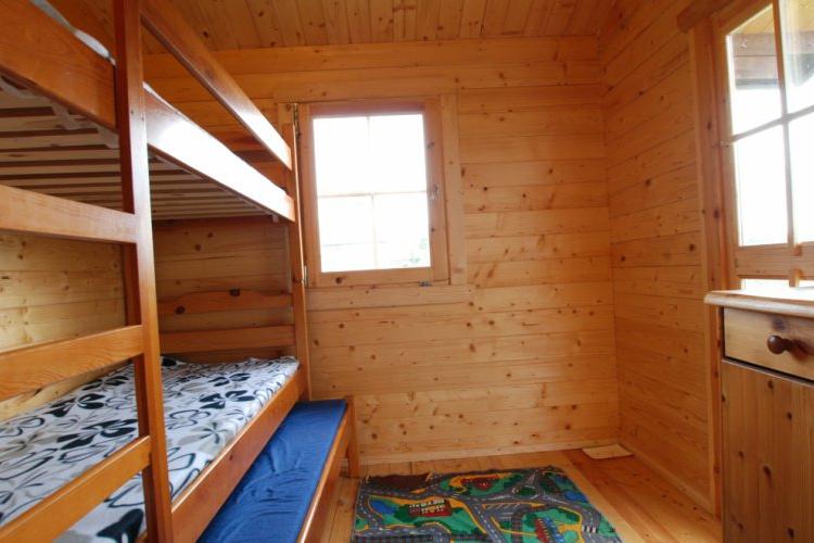 """Domek letniskowy 'Morski""""-sypialnia z trzy duże drewnianne łózka"""